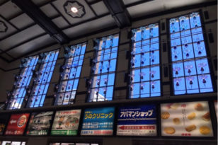 JR小樽駅内の美しいランプ