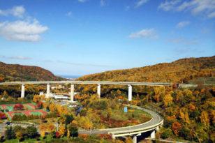 朝里ダムとループ橋の紅葉