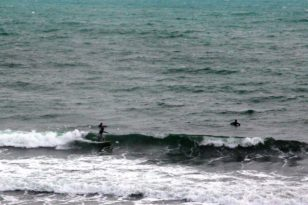 日本海の荒波で極寒サーフィン