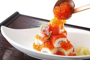 イクラのトッピングたっぷりの紅鮭の棒寿司