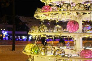 カラフルなガラスの浮き球ツリー